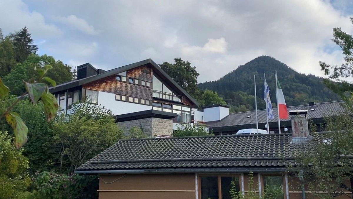 """Ein Gebäude der """"Seniorenresidenz Schliersee"""", im Hintergrund ein bewaldeter Berg"""
