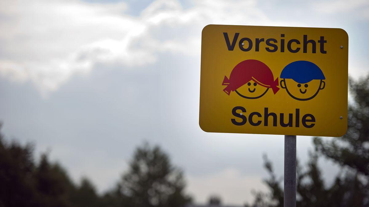 """Ein Straßenschild mit der Aufschrift """"Vorsicht Schule"""" und der stilisierten Abbildung zweier Kinder"""