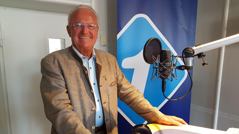 Wolfgang Wagner steht im Bayern1 Studio vor dem Mikrofon und erzählt die Geschichte der Grenzöffnung vor 30 Jahren
