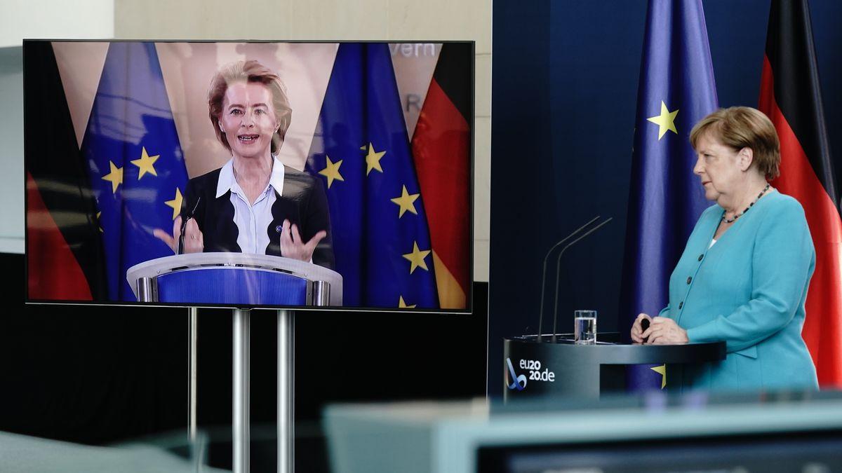 Bundeskanzlerin Angela Merkel (CDU) winkt im Foyer des Bundeskanzleramtes EU-Kommissionspräsidentin Ursula von der Leyen (CDU).