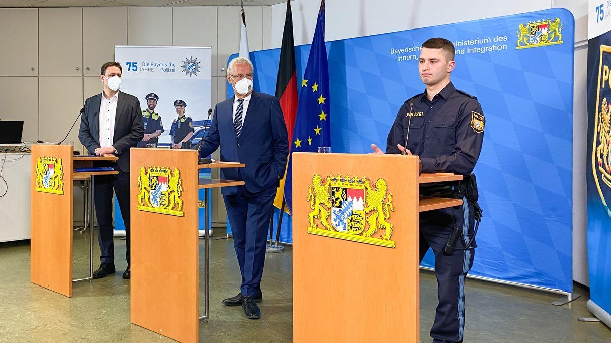 Marc Hofmann (rechts) erzählt von dem Vorfall, bei dem er verletzt wurde. Justizminister Eisenreich und Innenminister Herrmann hören zu.