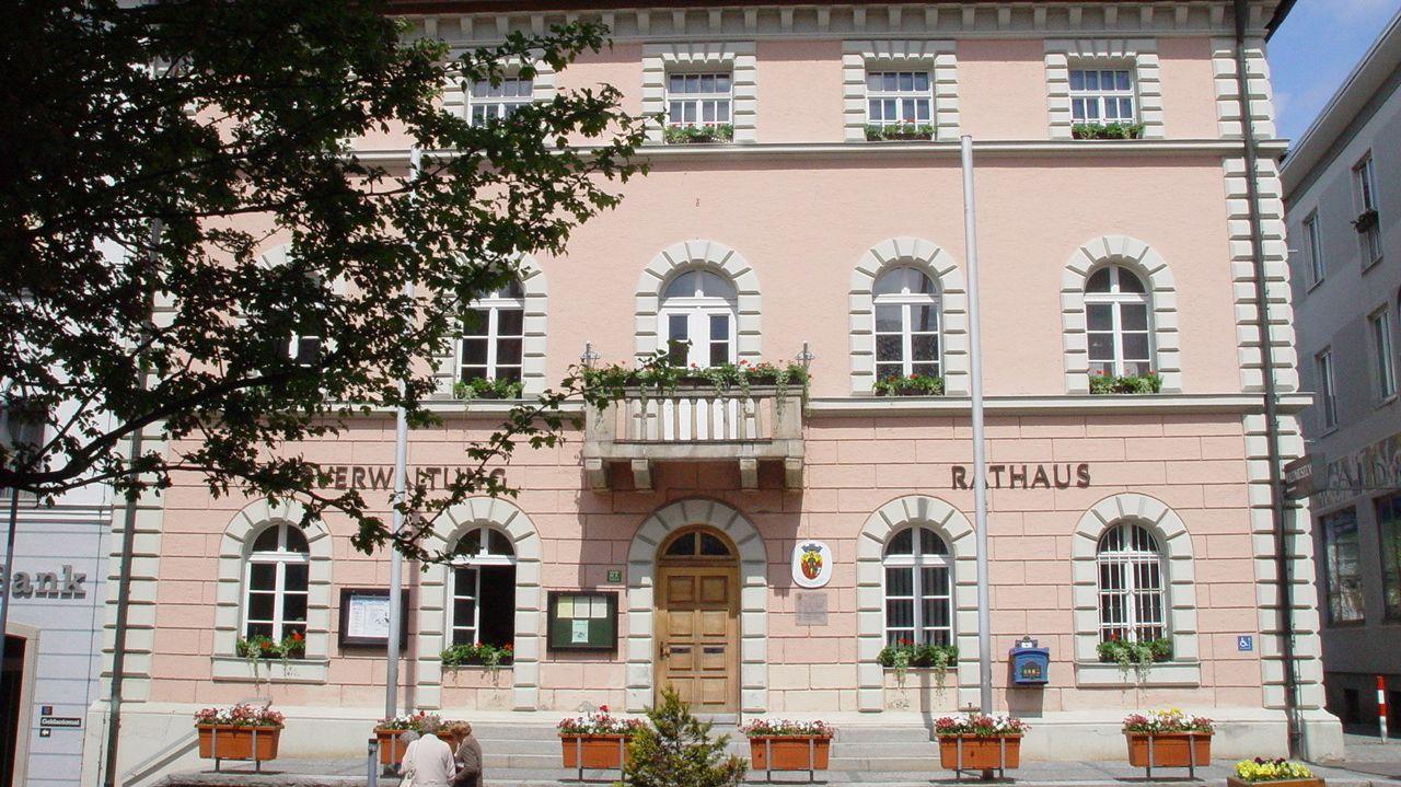 Die Front des Rathauses in der Stadt Zwiesel bei Sonnenschein.
