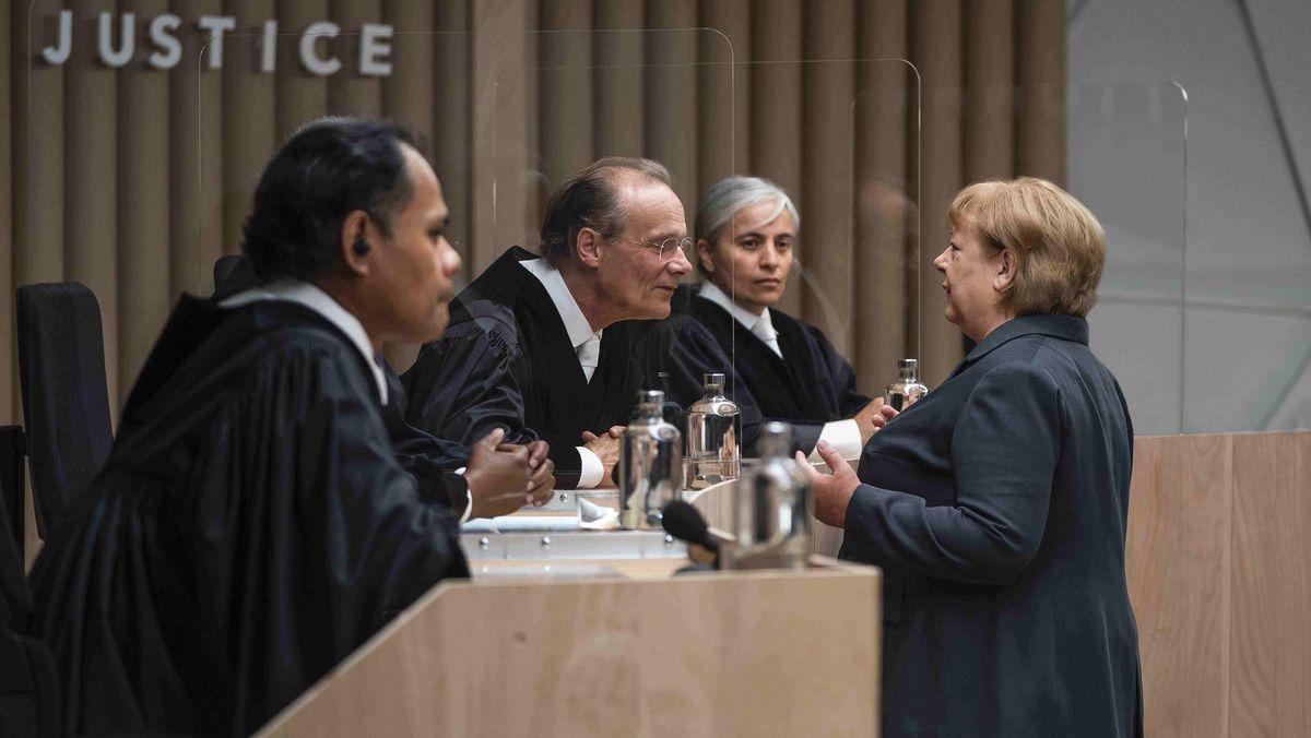 """Frau Dr. Merkel, haben Sie das Richtige getan? Das Klimagericht und die Altkanzlerin – eine Szene aus Andres Veiels TV-Film """"Ökozid"""""""