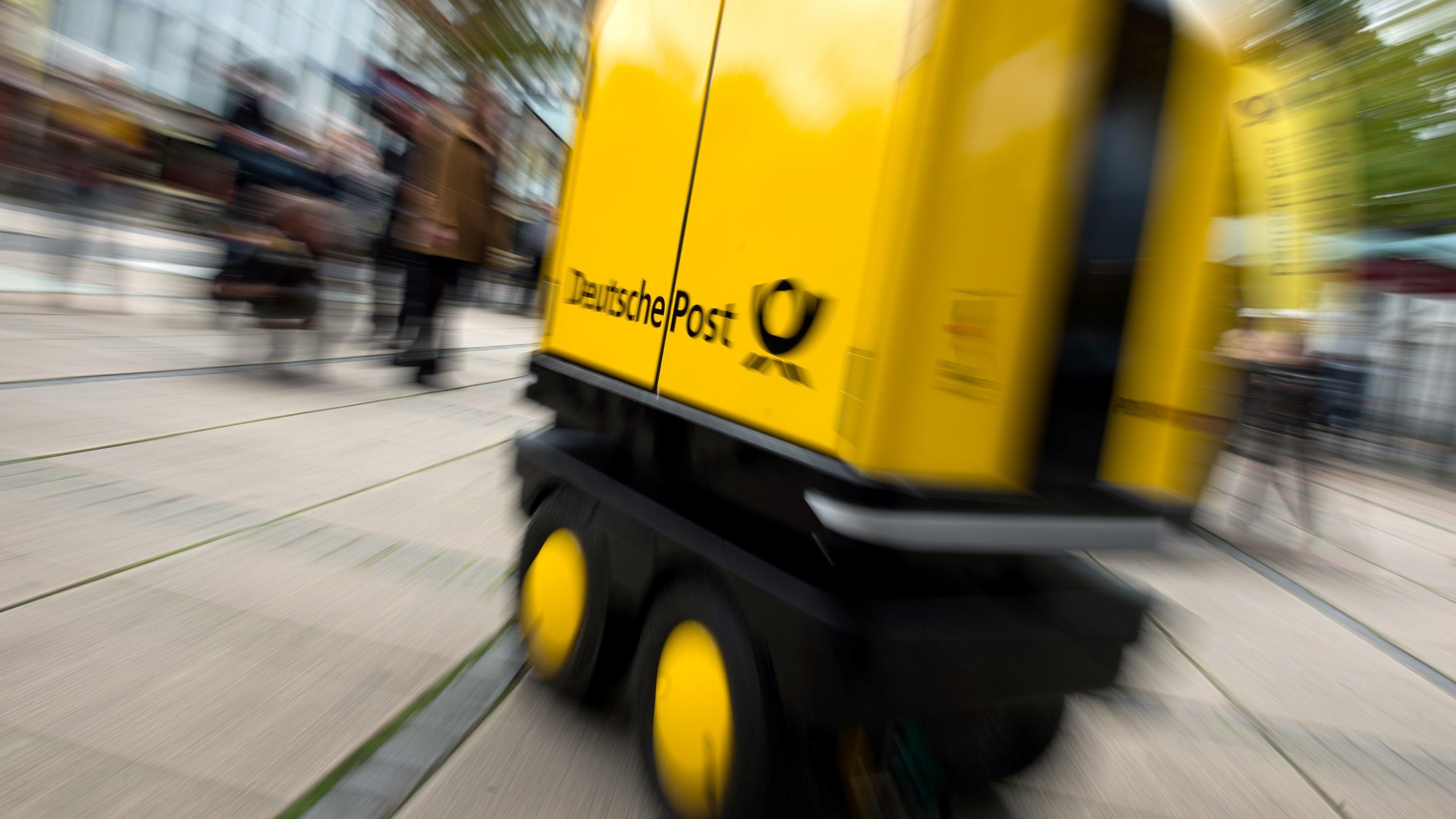 """Hessen, Bad Hersfeld: Ein Zustell-Roboter """"PostBOT"""" für Briefträger steht in einer Fußgängerzone."""