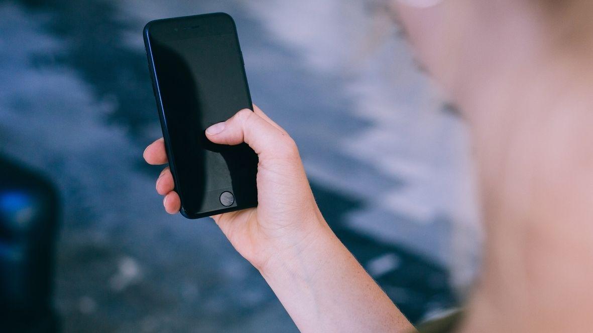 Frau hält Smartphone in der Hand