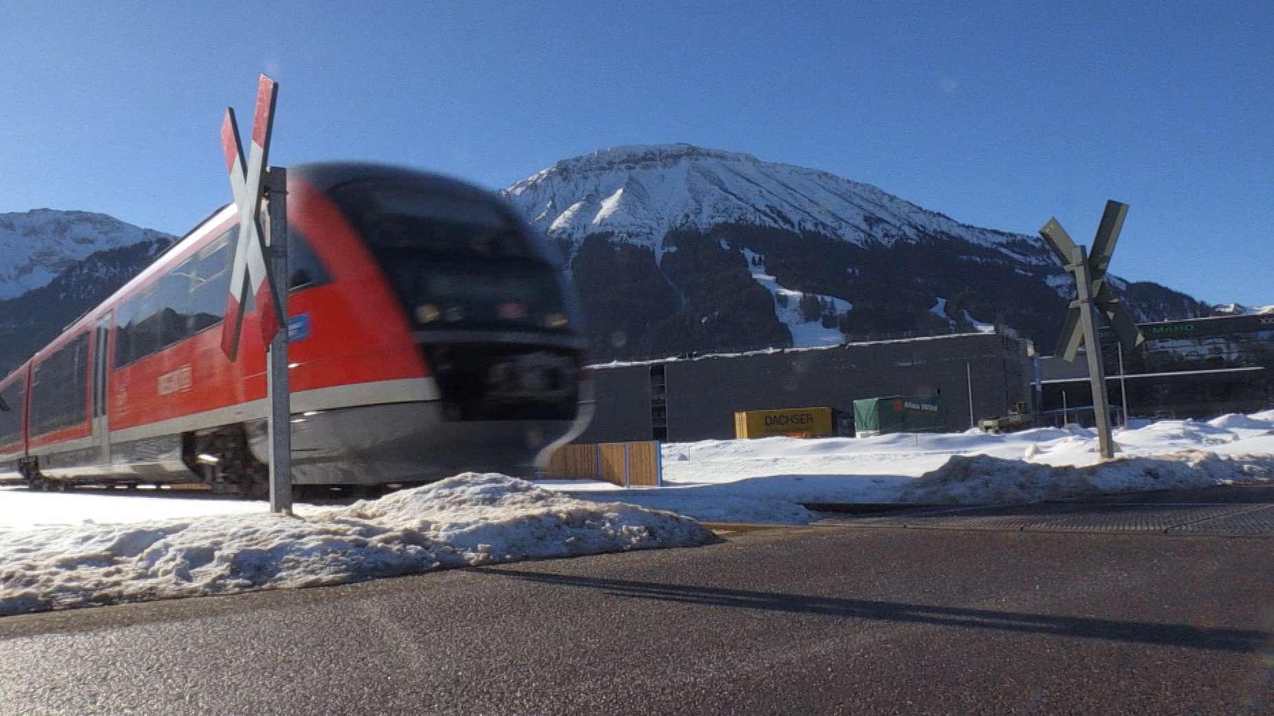 Zug an ungeschranktem Bahnübergang
