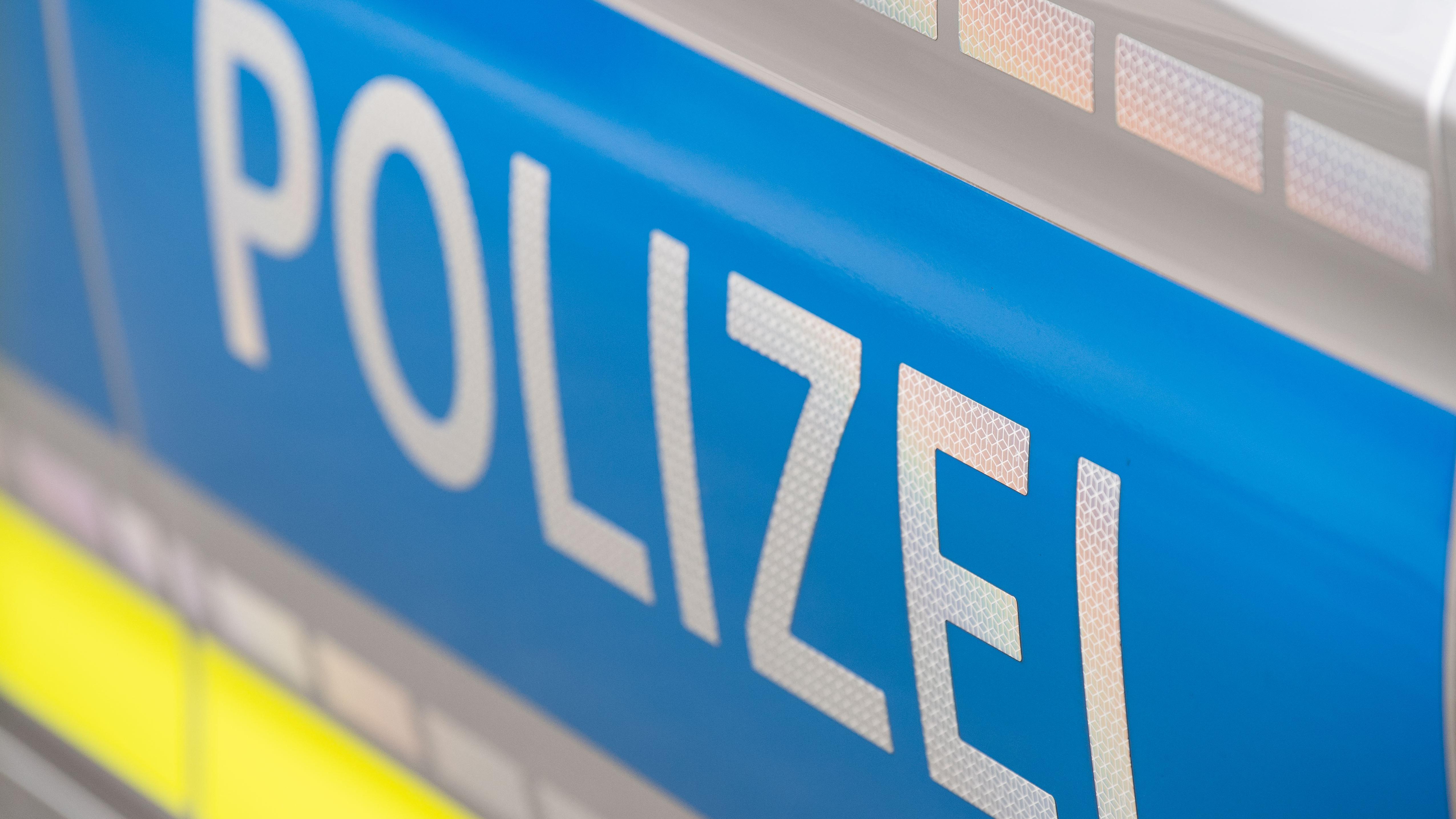 """Schriftzug """"Polizei"""" auf einem Streifenwagen"""