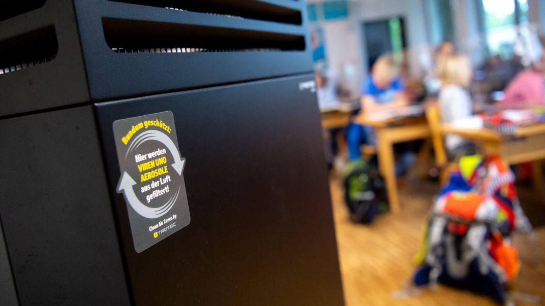 Ein Luftfilter steht in einem Klassenraum an der Grundschule Neubiberg.