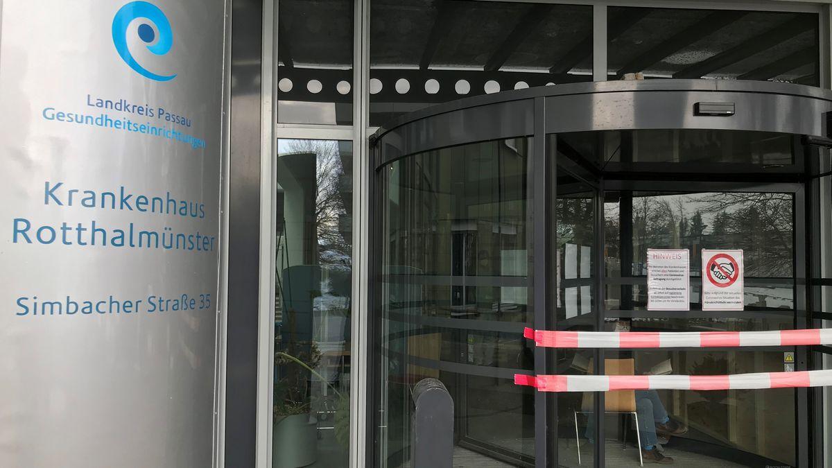 Krankenhaus Rotthalmünster. Eingang ist gesperrt.