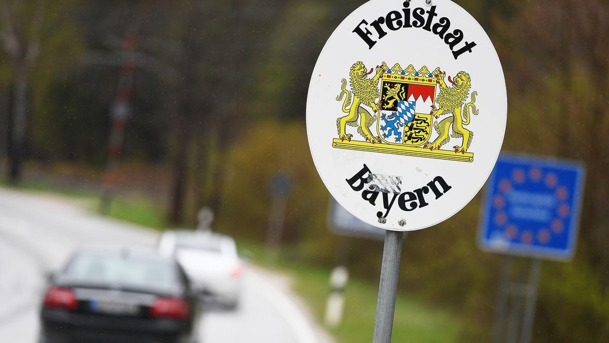 Fahrzeuge am Grenzübergang zwischen Bayern und Österreich