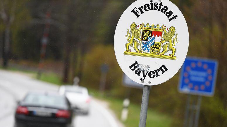 Fahrzeuge am Grenzübergang zwischen Bayern und Österreich | Bild:pa/dpa/Angelika Warmuth