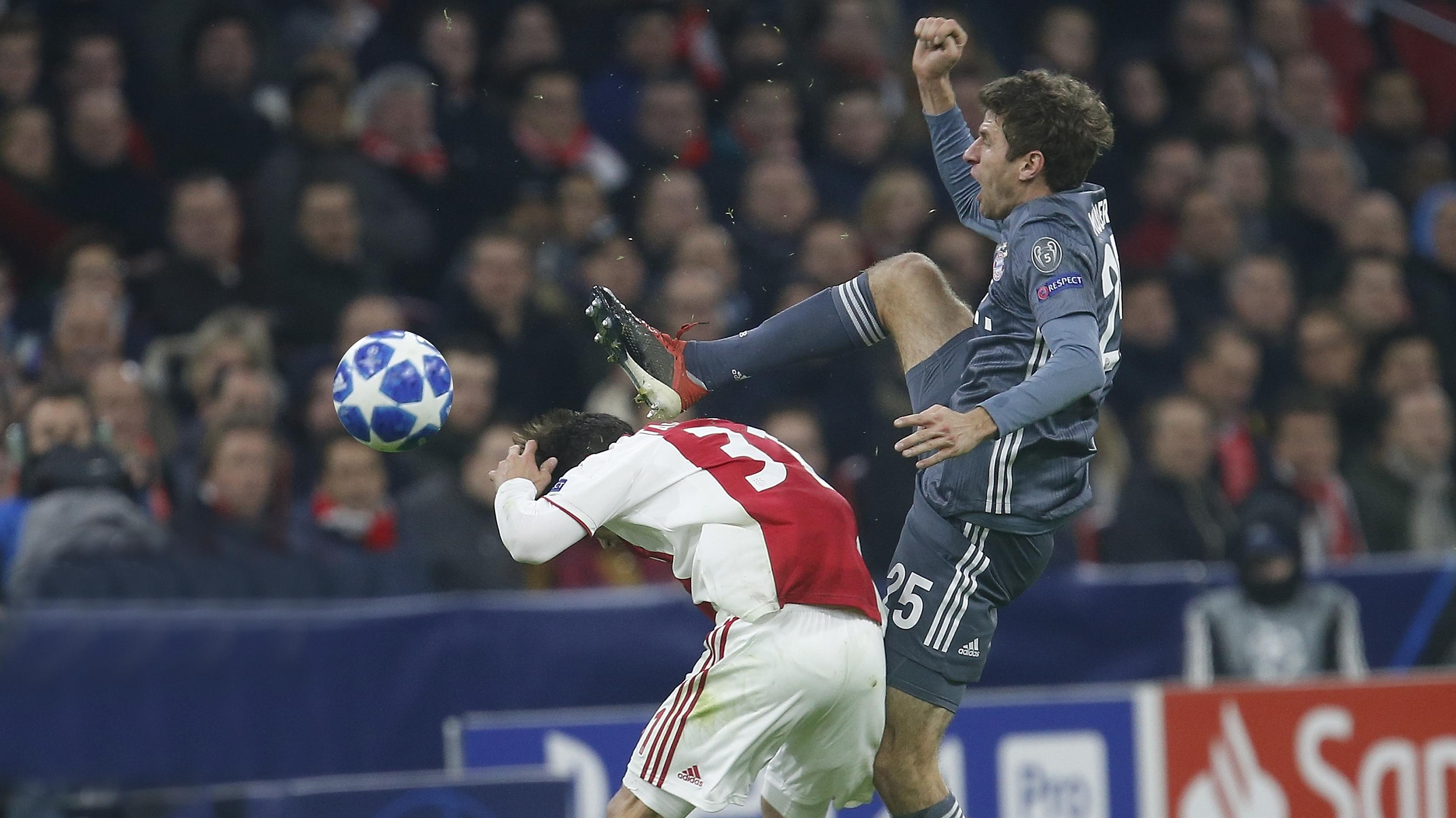 FC Bayern gegen Ajax Amsterdam: Thomas Müller sieht für sein Foul an Nicolas Tagliafico die Rote Karte.