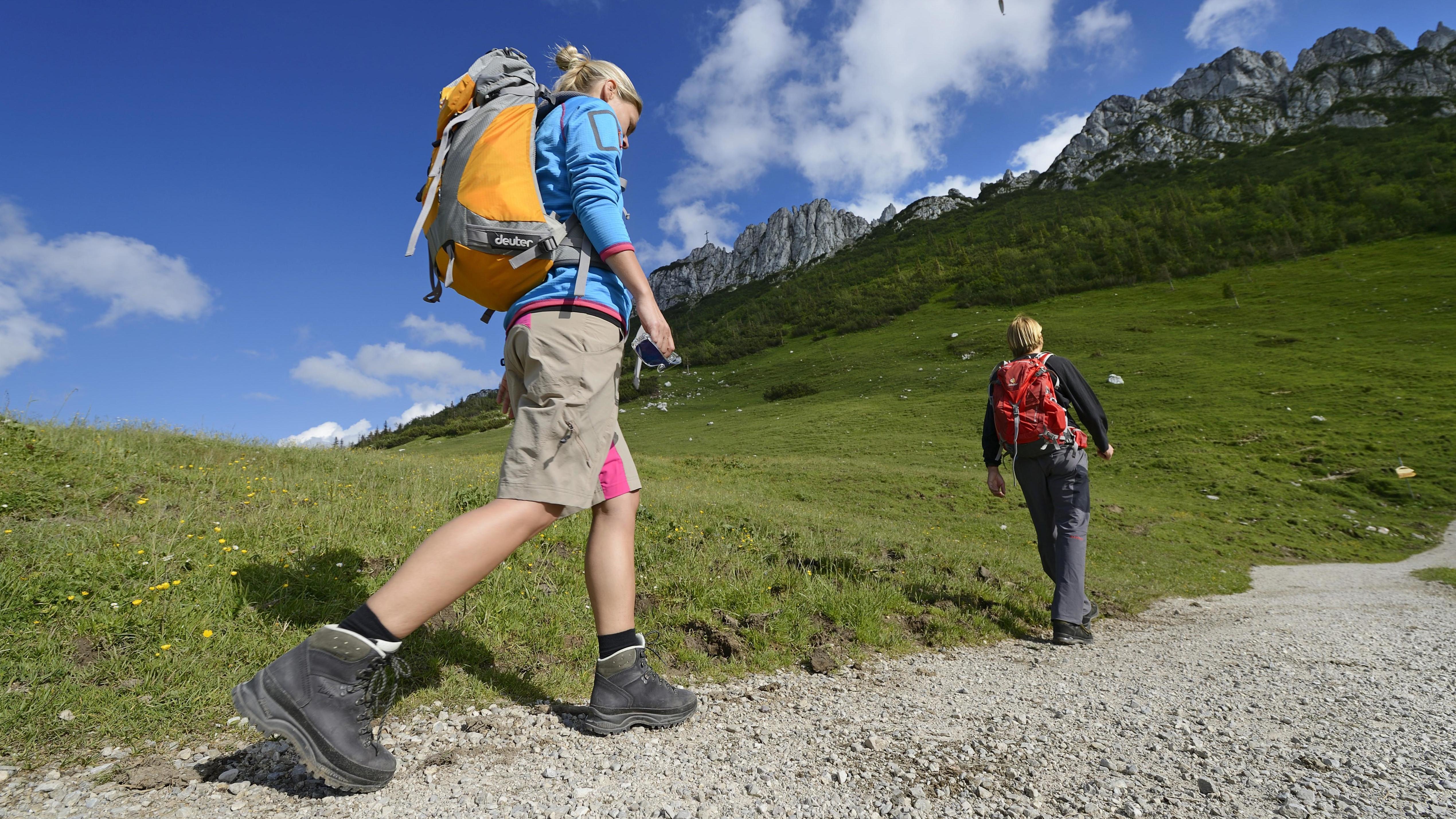Wanderer vor der Kampenwand im Chiemgau