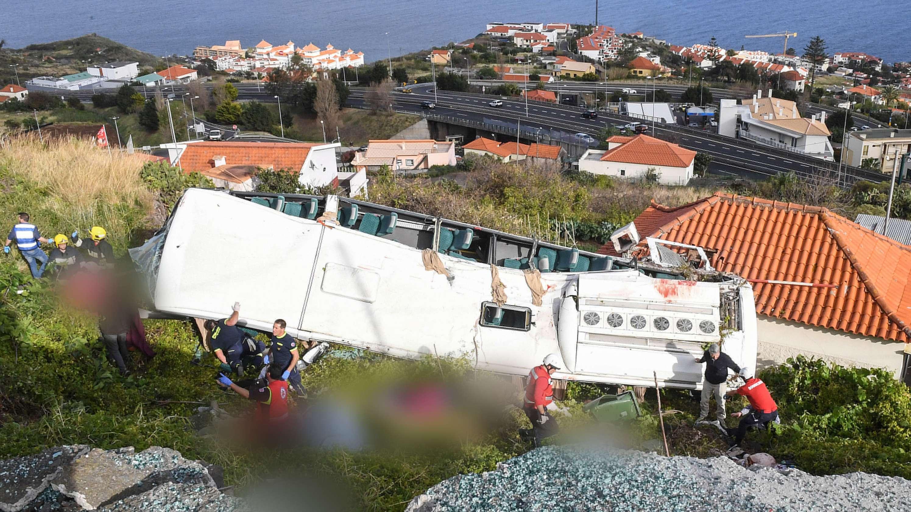 Rettungskräfte nach dem schweren Busunglück auf Medeira in der Nähe des Busses.