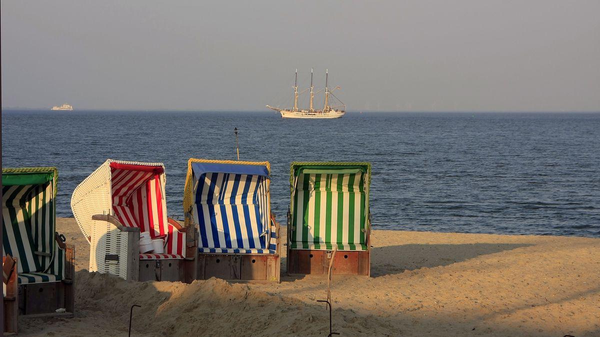 Strandkörbe auf der Insel Föhr - derzeit ist die Einreise für Touristen nach Schleswig-Holstein noch nicht erlaubt.