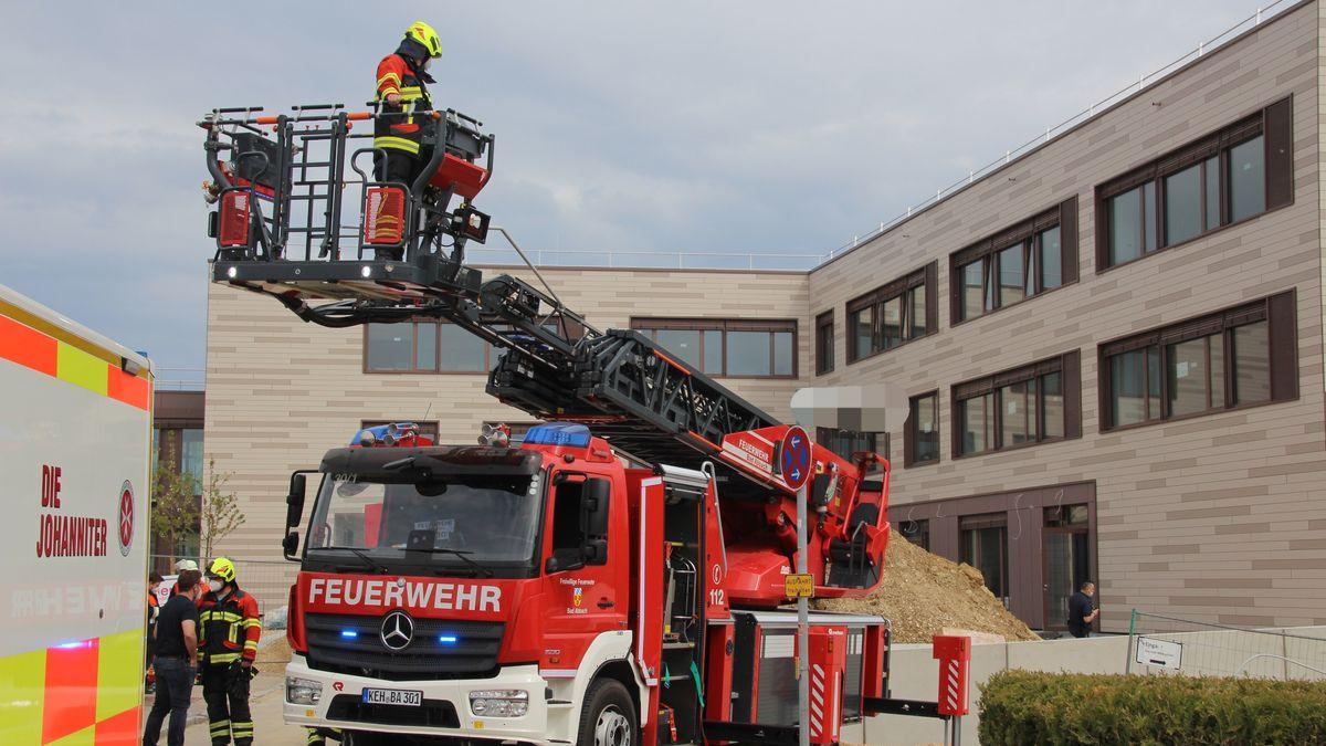 Die Feuerwehr rettet einen Bauarbeiter aus einer Baugrube
