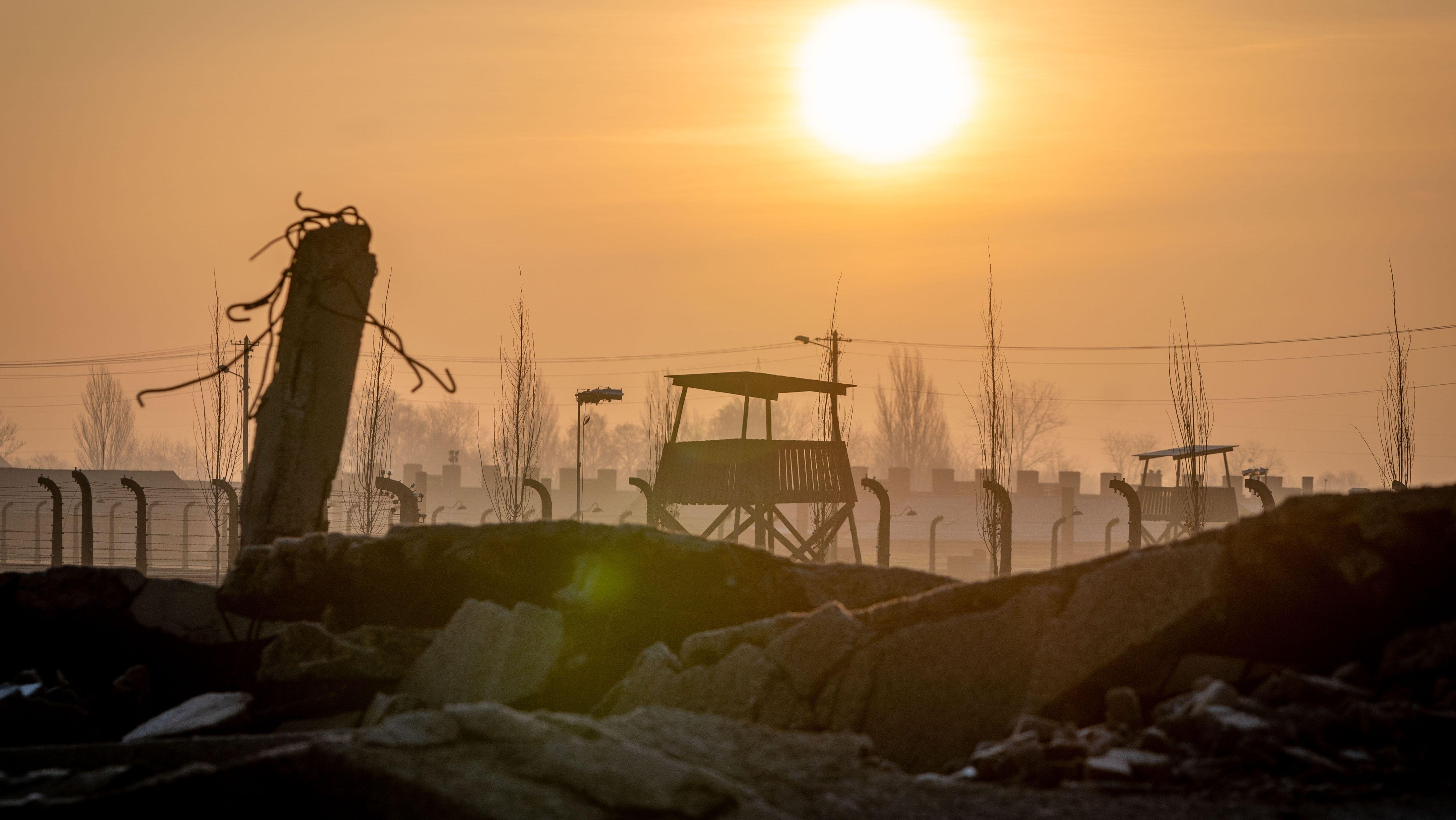 Im Vordergrund: Ruine einer Gaskammer in Auschwitz