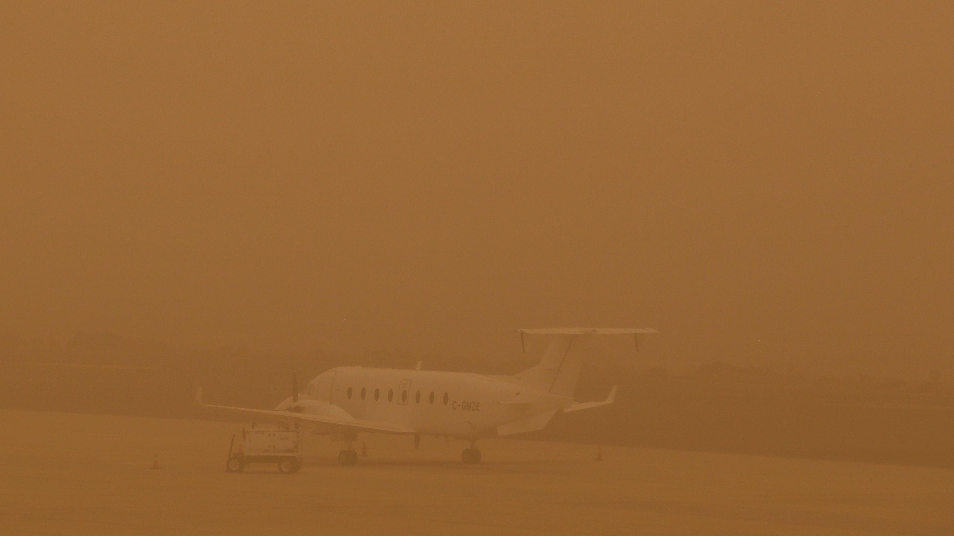 Die Flugzeuge auf dem Airport Las Palmas sind kaum im Sandsturm zu sehen.