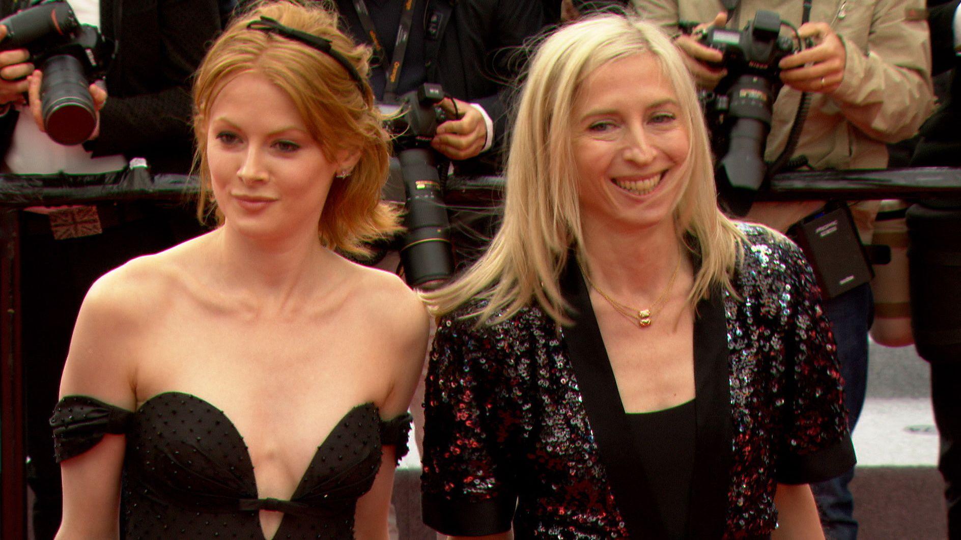 """Jessica Hausner (r.) und ihre """"Little Joe""""-Hauptdarstellerin Emily Beecham in Cannes"""