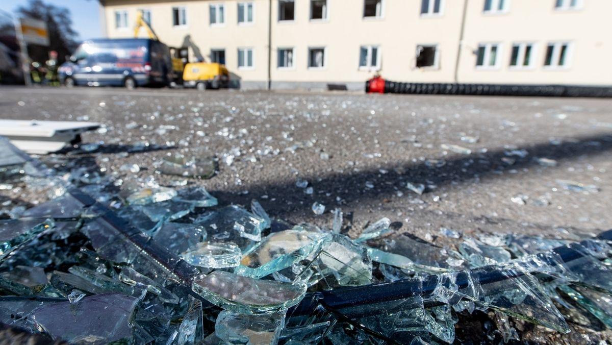 Glasscherben liegen vor der Rettungswache vom Bayerischen Roten Kreuz, in der es zu einer Explosion gekommen war.