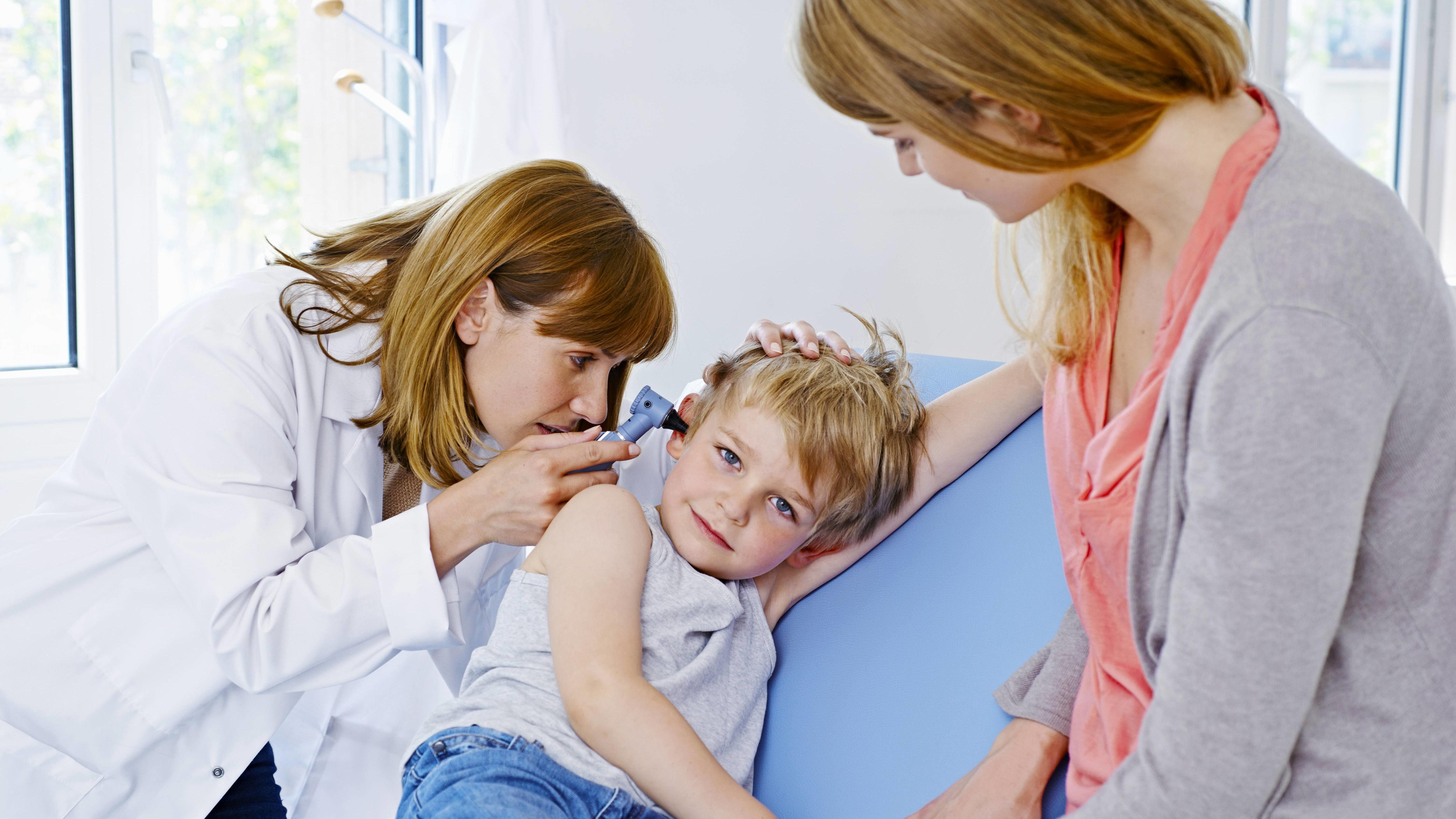 Mutter und Kind beim Kinderarzt.