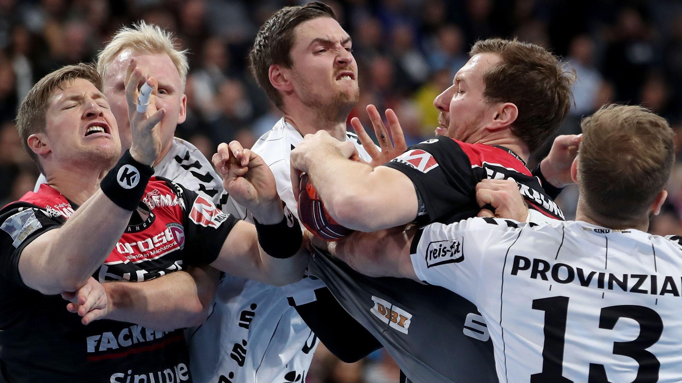 Der Erlanger Nikolai Link (2.v.r.) kämpft mit seinem Kollegen Jan Schäffer (l) und den Kielern Patrick Wiencek (l-r), Hendrik Pekeler und Steffen Weinhold um den Ball.