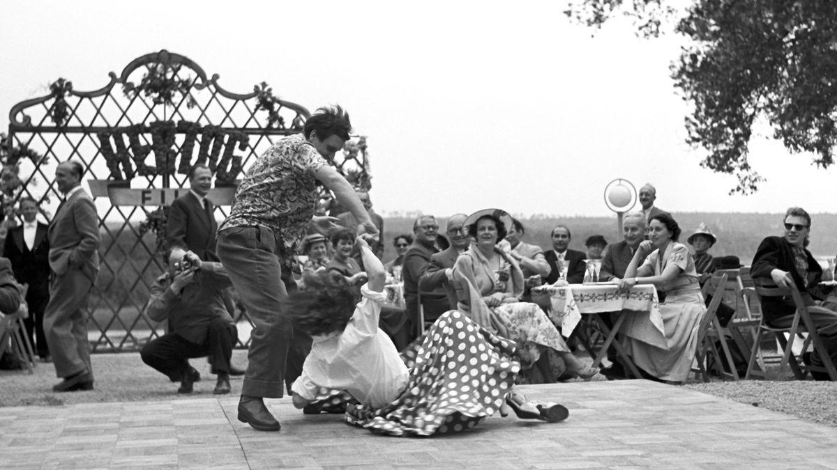 Auftakt nach dem Krieg: Tänzer im Biergarten