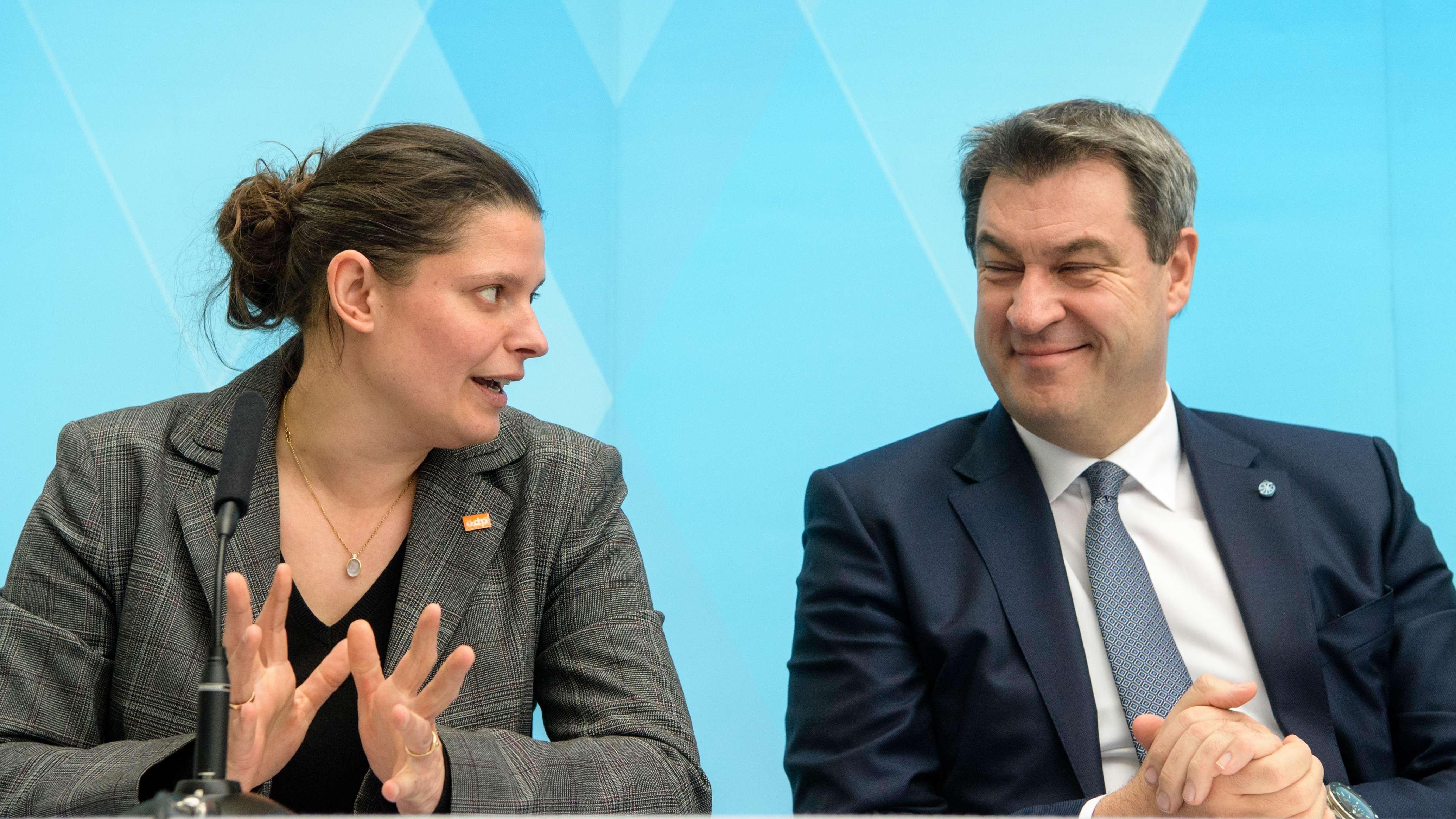 Agnes Becker, Beauftragte des Volksbegehrens und der bayerische Ministerpräsident Markus Söder