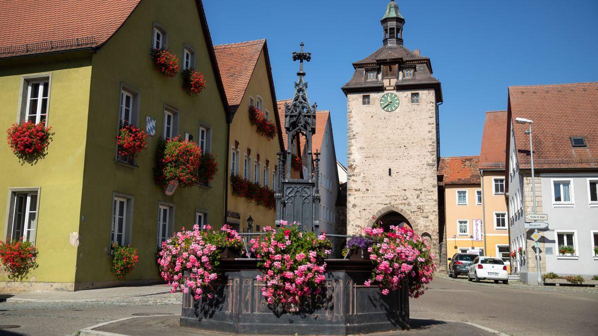 Der historische Röhrenbrunnen steht vor dem Rathaus und dem Oberen Torturm von Leutershausen.