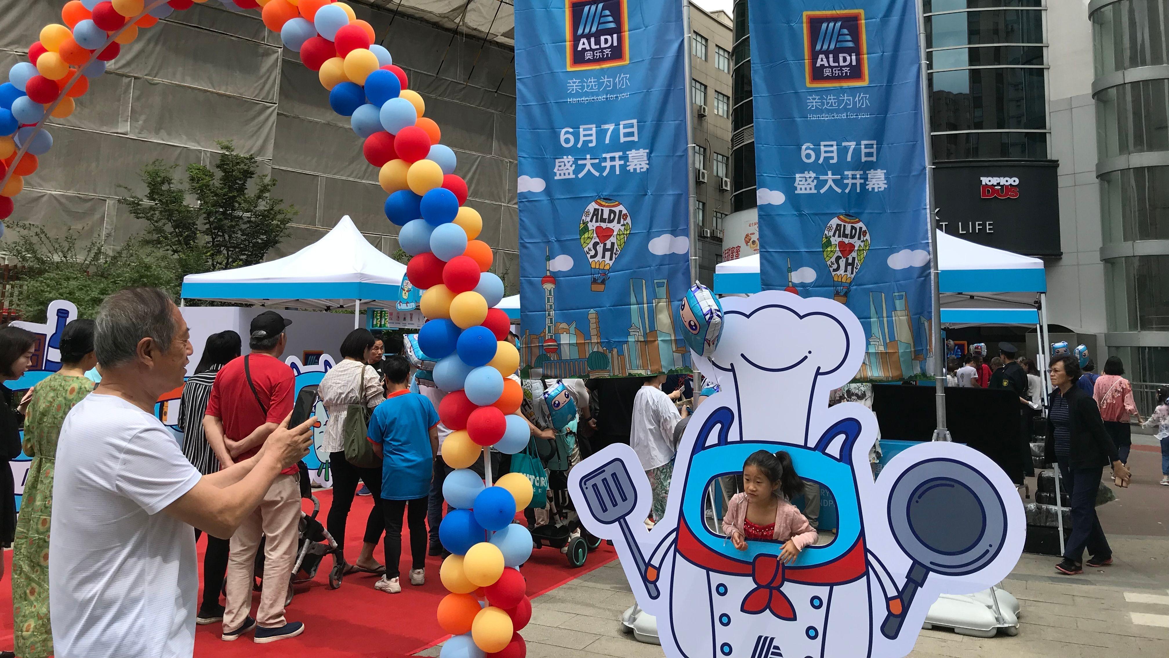 Feier zur Eröffnung der ersten beiden Aldi-Filialen in Shanghai.