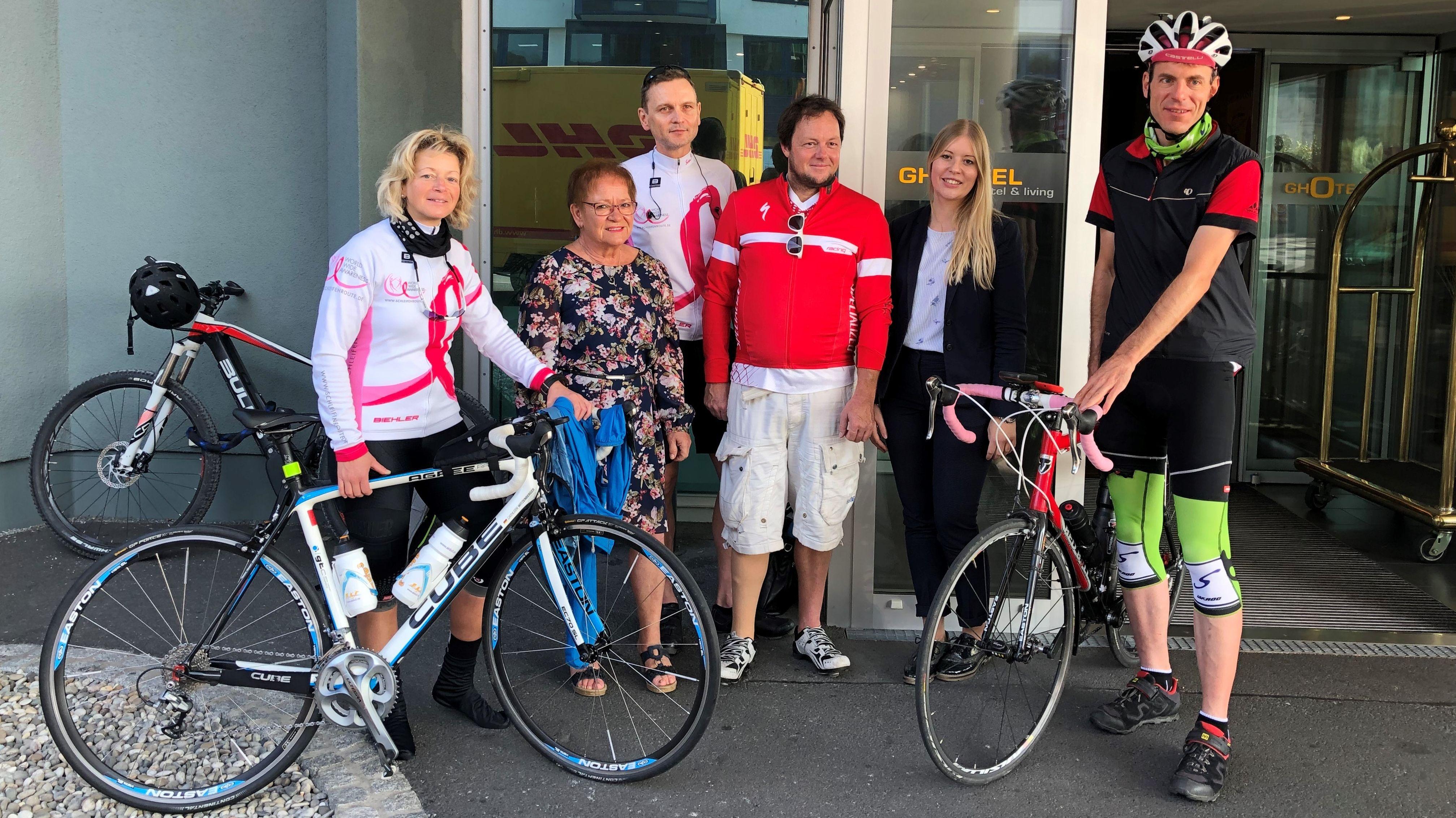 Rennradfahrer von Pink Ribbon und die Bürgermeisterin Marion Schäfer-Blake.