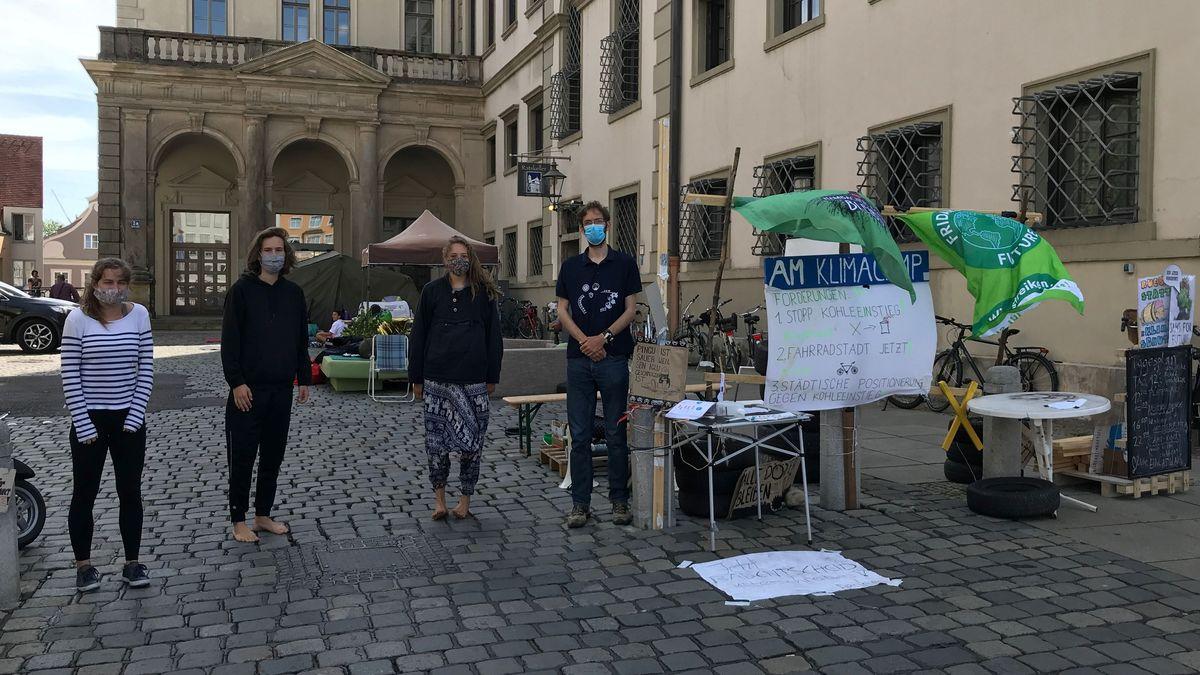 Klima-Aktivisten vor Augsburger Rathaus