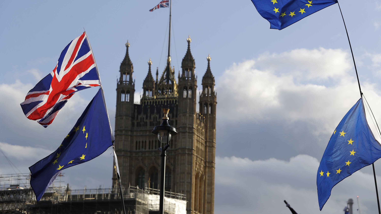 Die Flaggen vonGroßbritannien und der Europäischen Union wehen vor dem britischen Parlament.