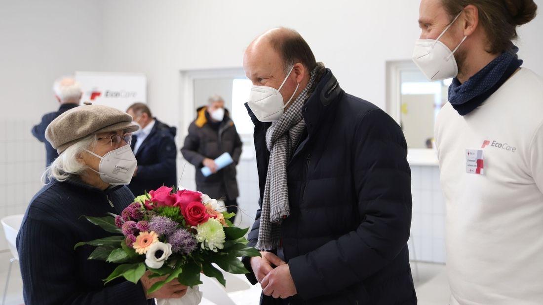 Landrat Martin Sailer überreicht einen Blumenstrauß an Kunigunde Haas.