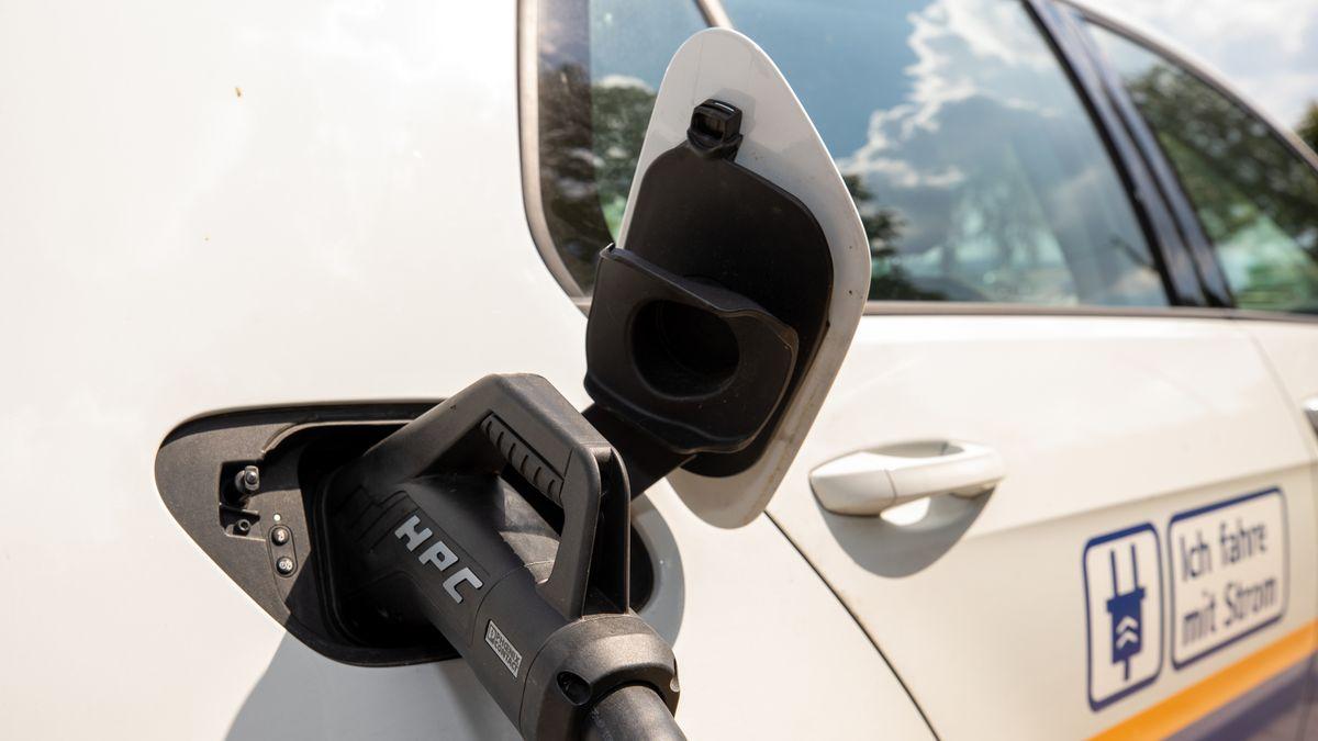 Ein Auto wird an einer Aufladestation für E-Autos geladen.