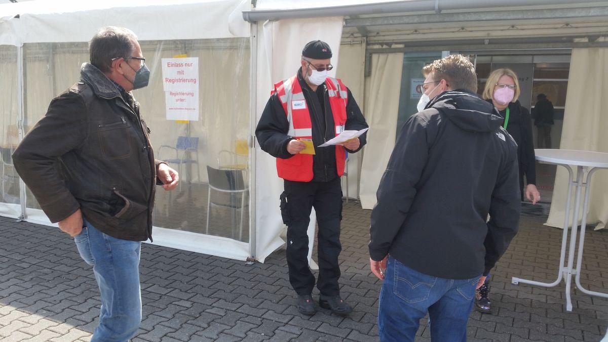 Menschen warten vor Impfzentrum in Mühldorf am Inn