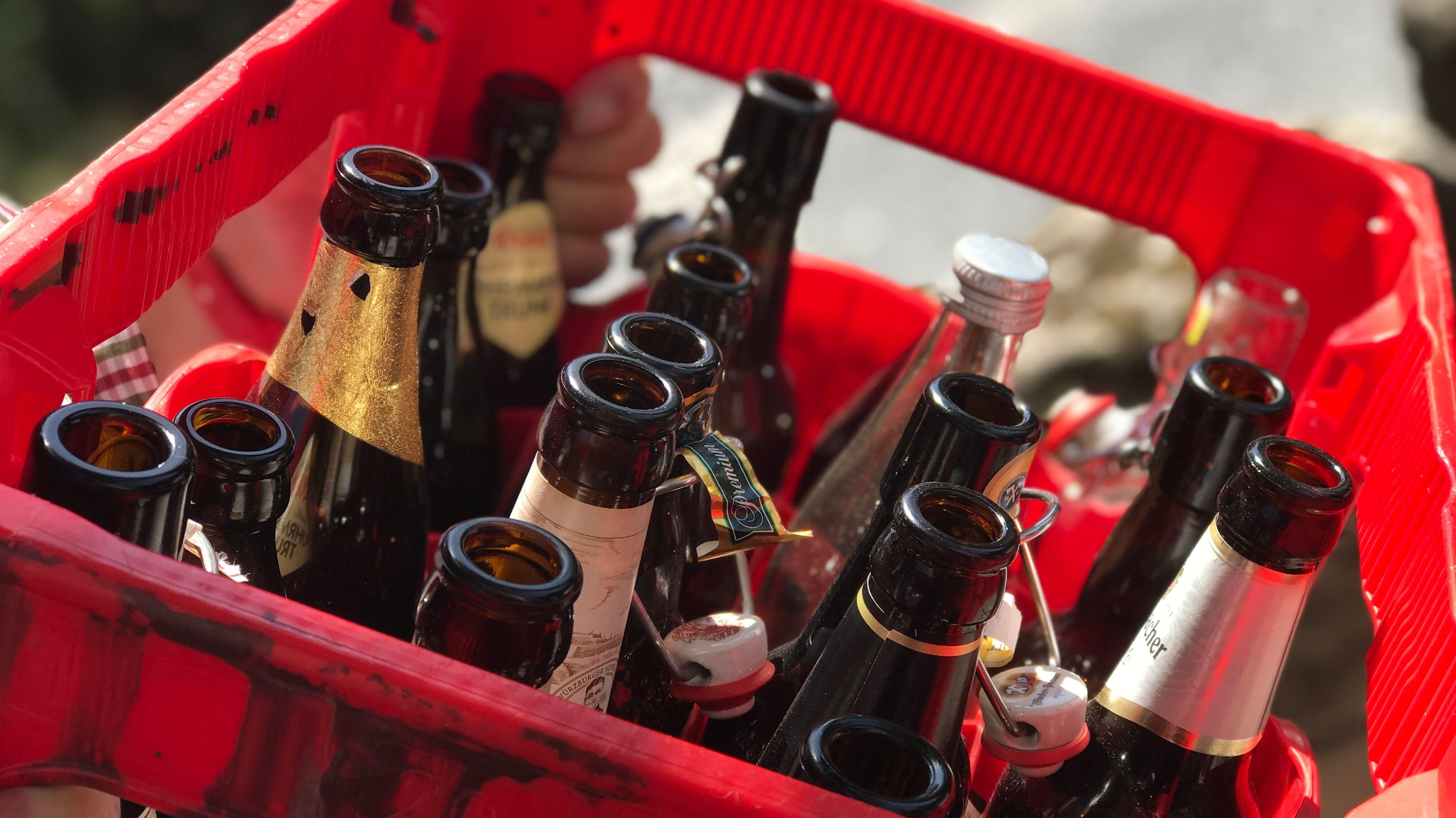 Roter Bierkasten mit unterschiedlichen Pfandflaschen