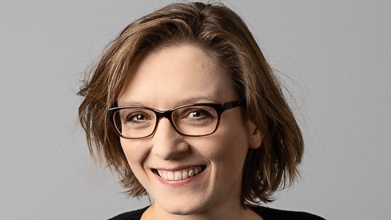 Lisa Herzog, Professorin am Centre for Philosophy, Politics and Economics, lächelt in die Kamera
