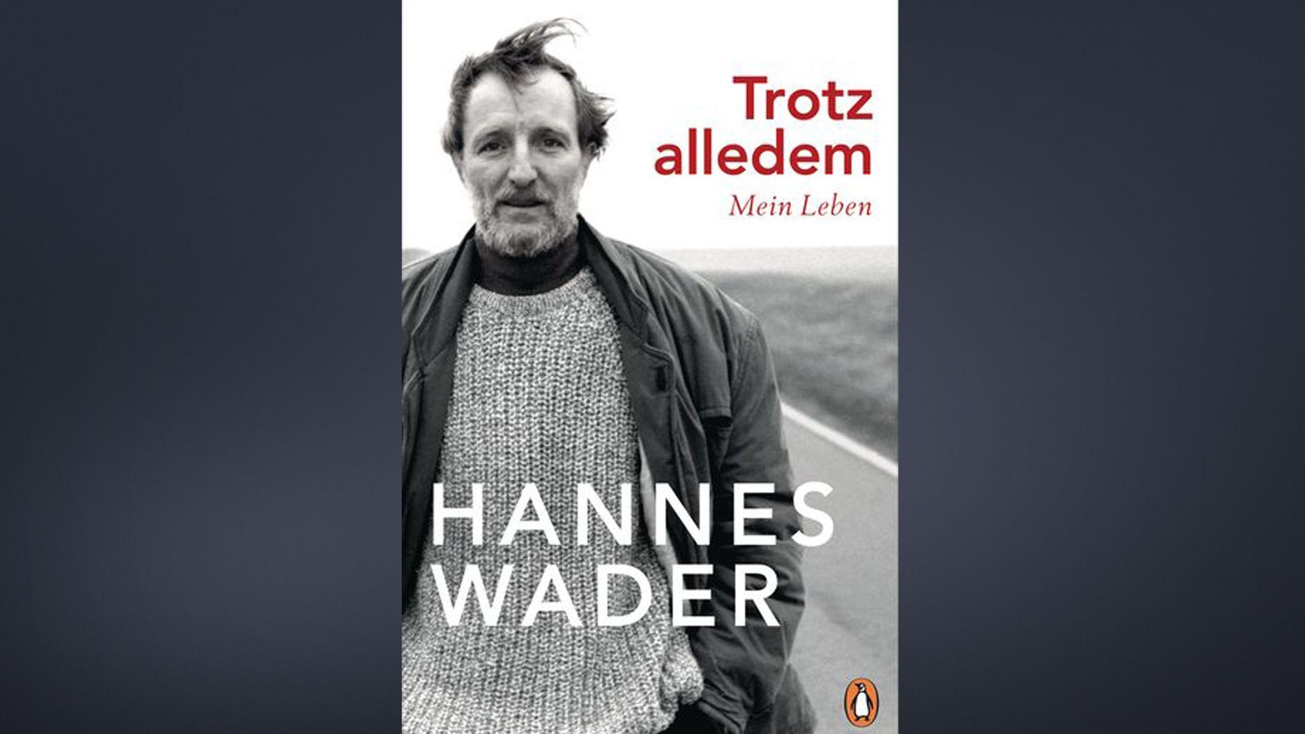 """Hannes Wader posiert auf dem schwarz-weißen Cover seiner Autobiografie """"Trotz alledem. Mein Leben"""" im Wollpulli und mit vom Winde verwehtem Haar"""