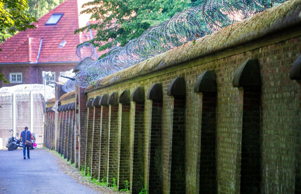 Eine Mauer vor dem Gebäude der psychiatrischen Klinik in Bedburg-Hau (Kreis Kleve).
