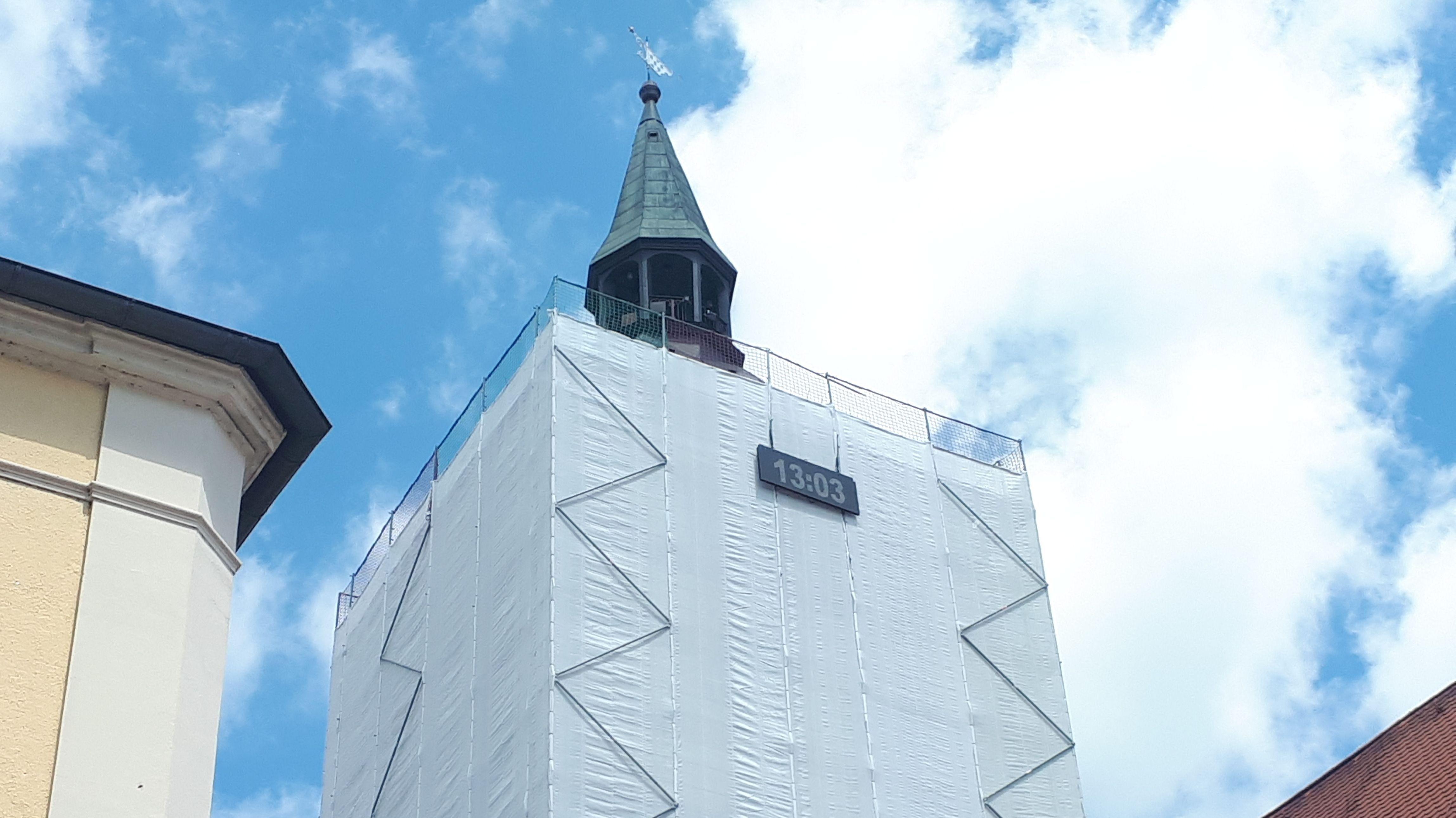 Die digitale Uhr am Gerüst des Deggendorfer Rathausturms