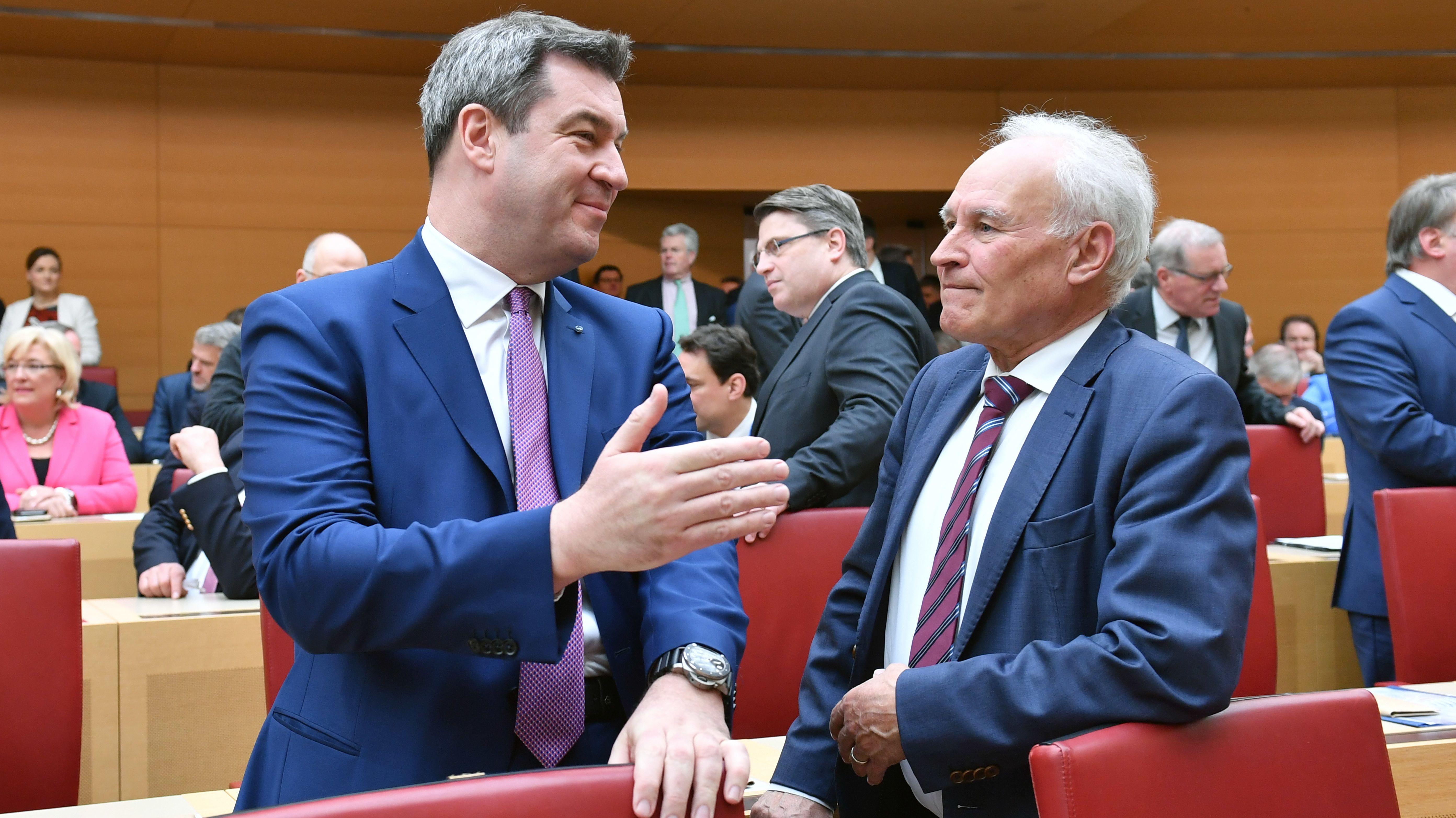 Ex-CSU-Chef Erwin Huber (r.) und der aktuelle Parteivorsitzende Markus Söder (l.) bei Söders Vereidigung zum Ministerpräsidenten am 16. März 2018