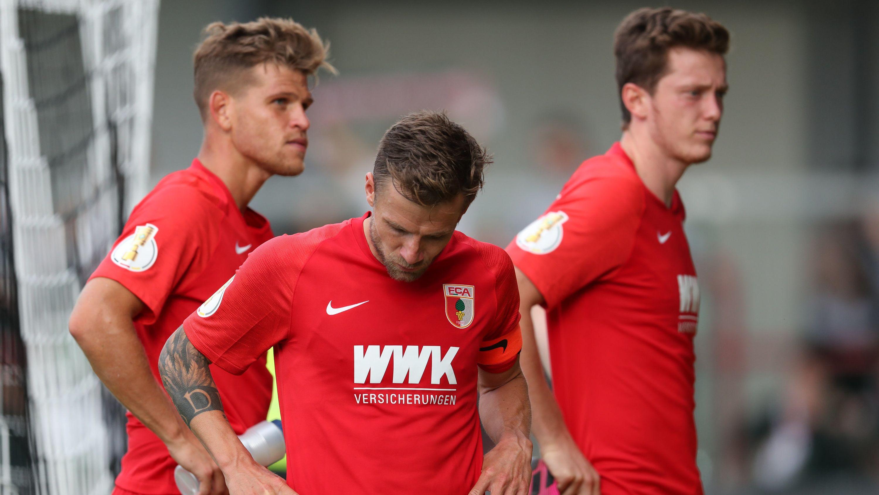 Hängende Köpfe beim FC Augsburg nach dem Erstrunden-Aus im DFB-Pokal beim SC Verl