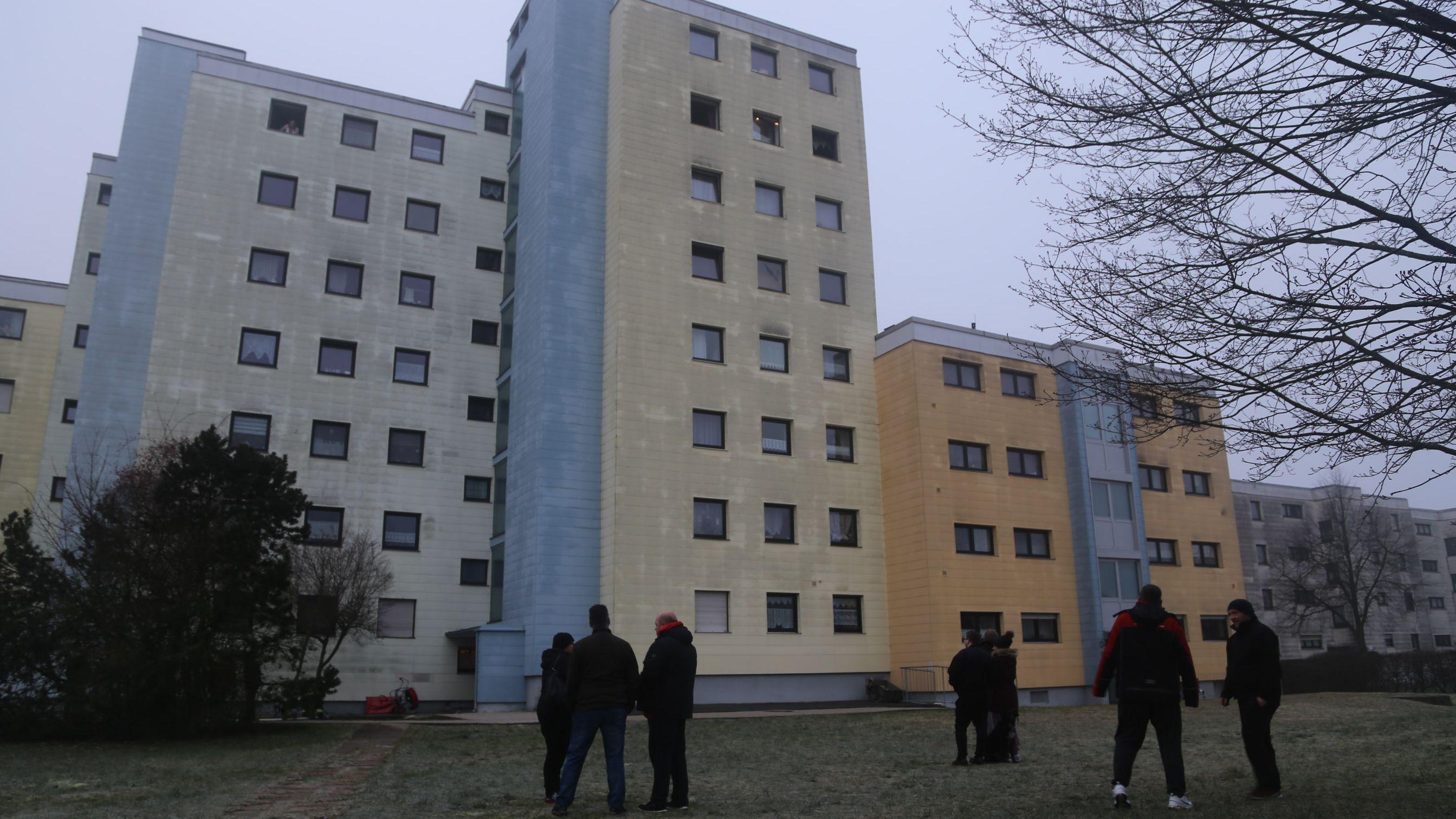 Bewohner haben vorsorglich das Haus verlassen. Sie konnten zurück, nachdem die Feuerwehr das Treppenhaus belüftet hat.