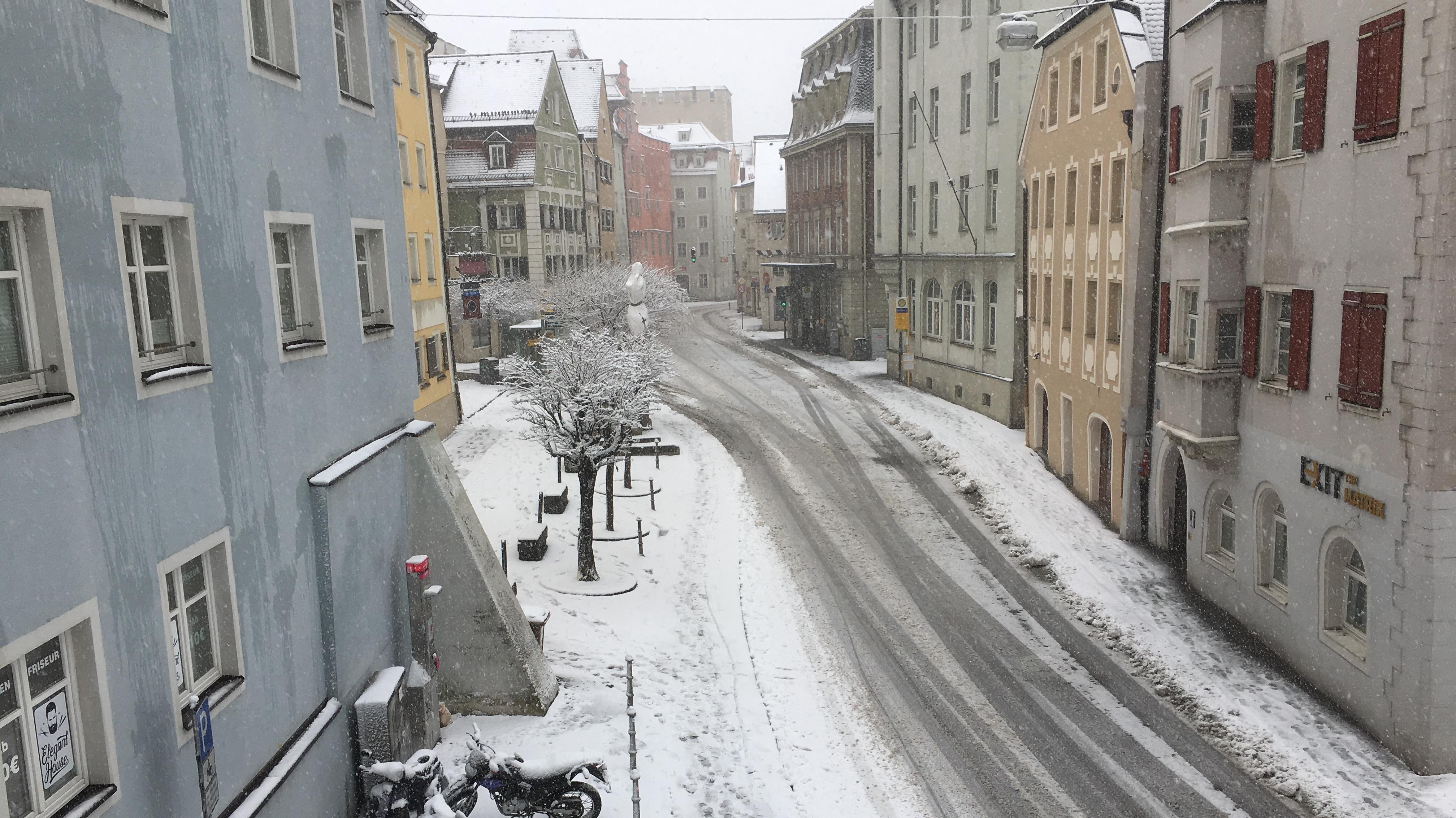 Schnee auch in der Regensburger Innenstadt - hier am Fischmarkt