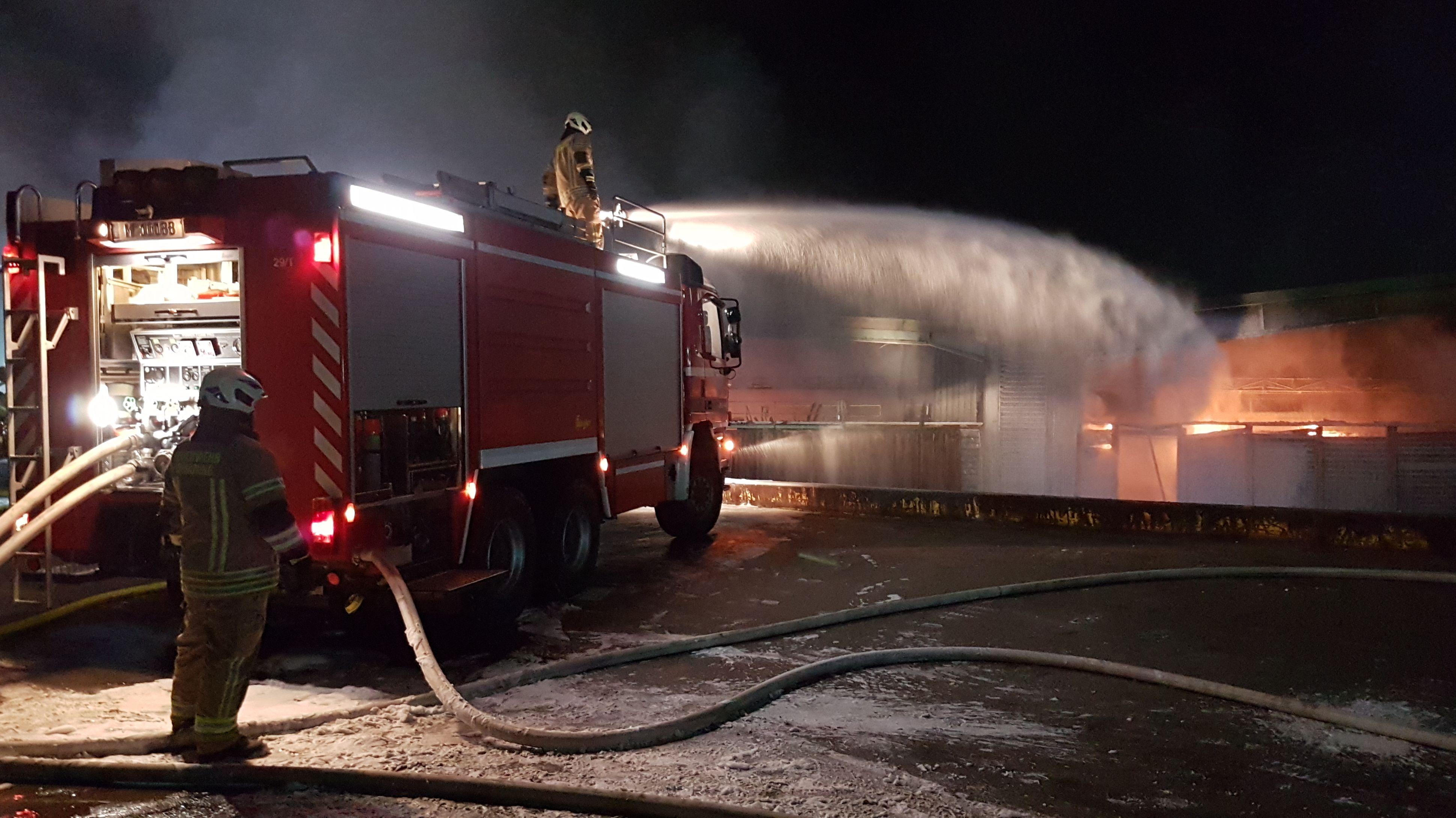 Feuerwehr löscht brennende Lagerhalle in Garching-Hochbrück