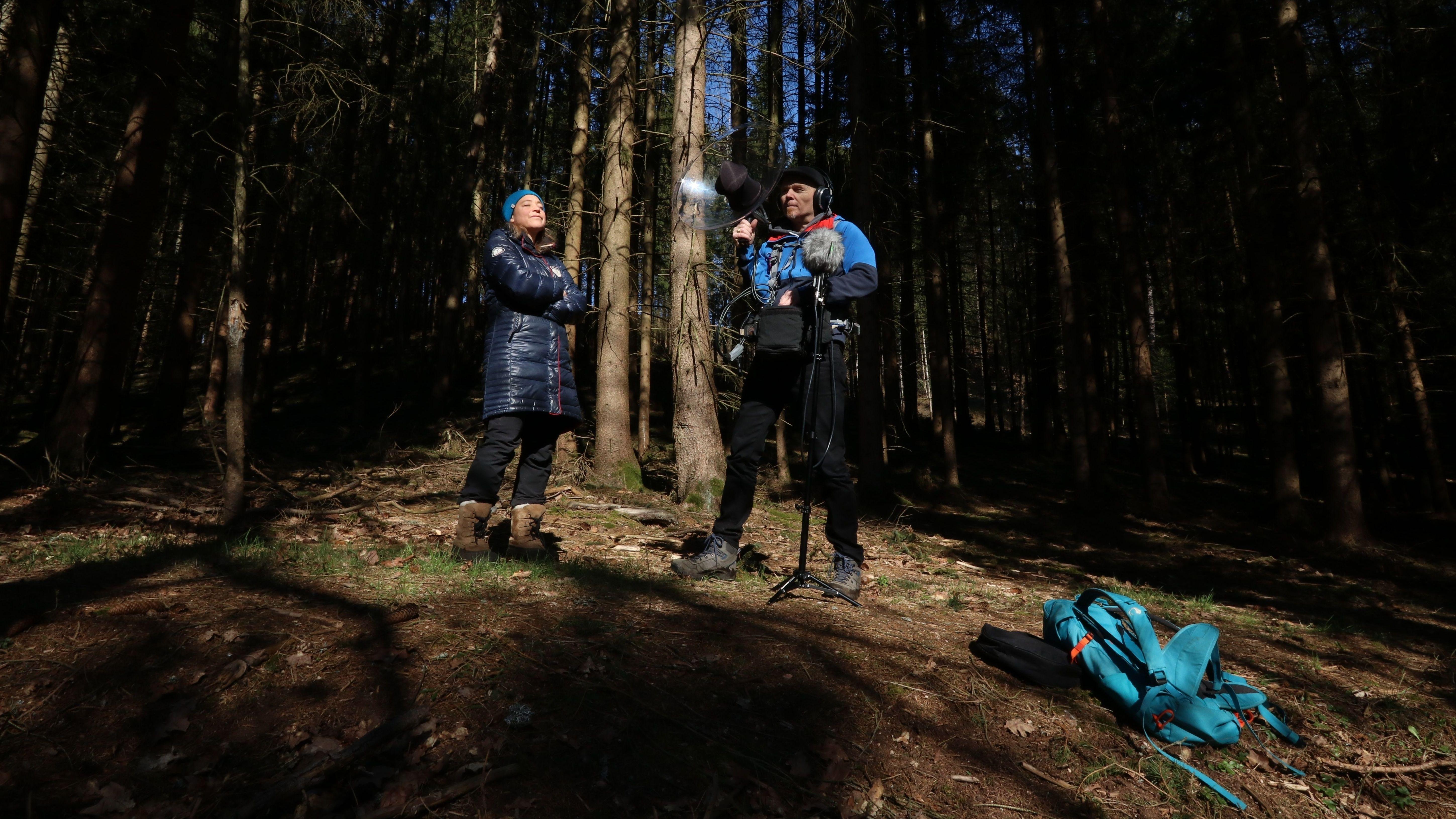 Frank und Ursula Wendeberg machen Aufnahmen im Wald. Mit ihrer Arbeit wollen sie auf Tournee durch die Nationalparks gehen.