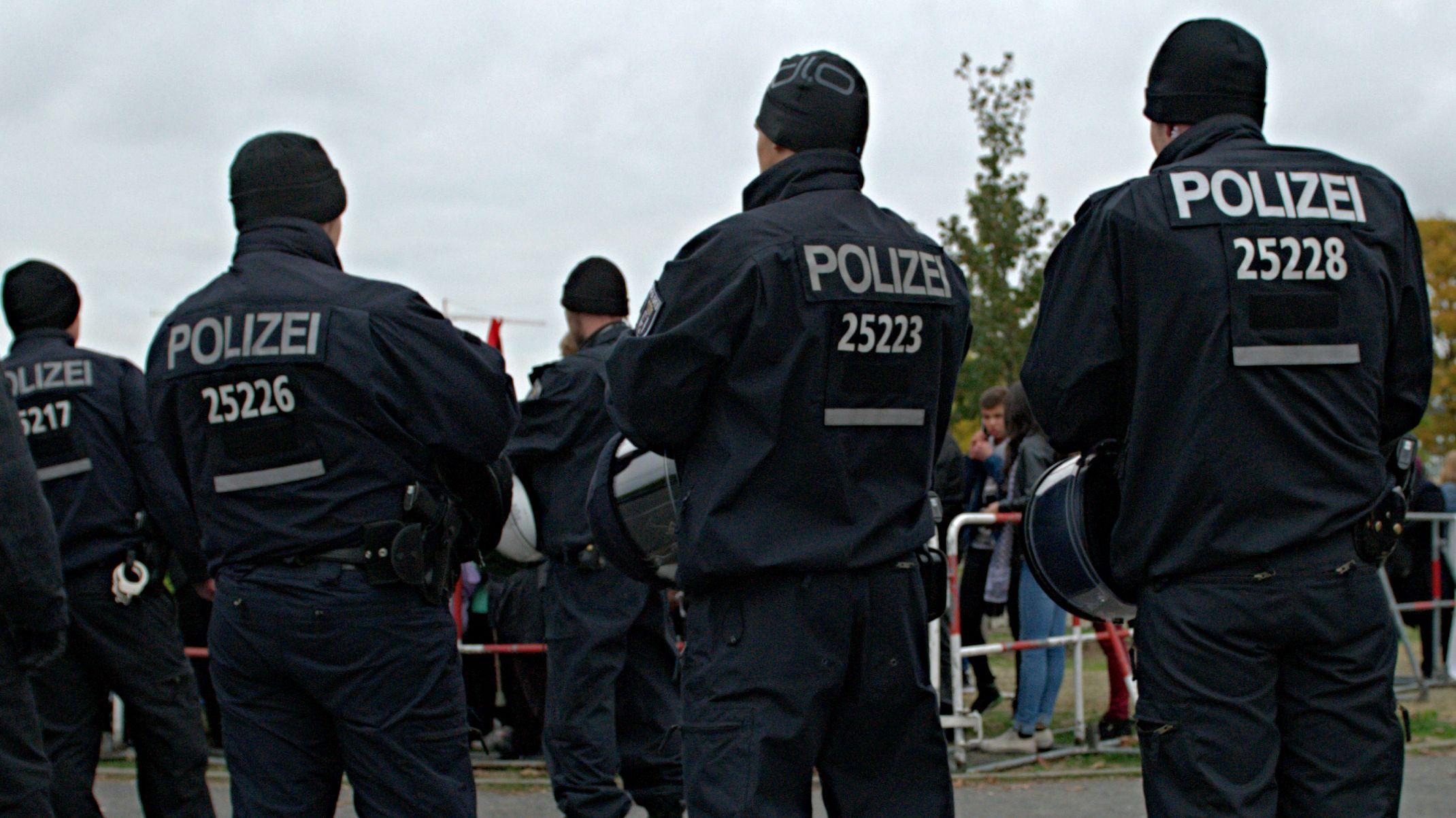 Polizisten bei einer Demonstration (Symbolbild)