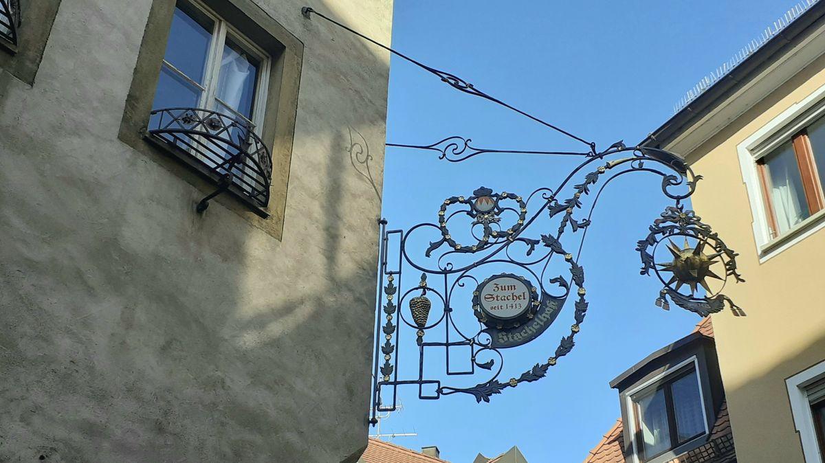 """Ausleger des Würzburger Gasthauses """"Zum Stachel"""" in der Gressengasse"""