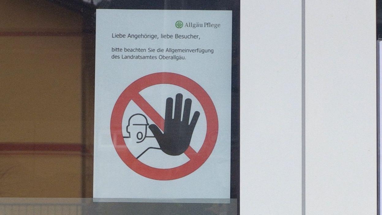 Schild weist Angehörige im Oberallgäu auf Besuchsverbot in Seniorenheim hin.